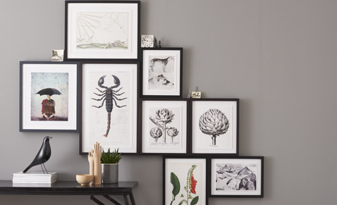 Hang pictures correctly on the wall by hanging the edges against the edges.