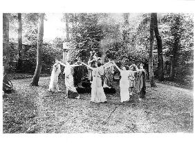 Nathalie Clifford Barney (1876-1972) with dancers dressed in togas (b/w photo)