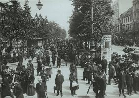 Crowds on the Lindenpromenade / 1910