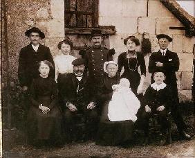 Peasant family of the Sarthe area at a baptism, late 19th century (photo)
