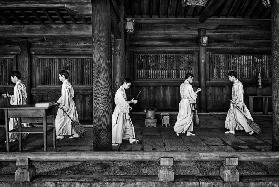 The going and the being back of a monk in the sweeping of the temple (Tokio)